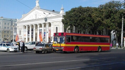 На площади Ленина в Воронеже «ВАЗ» столкнулся с автобусом