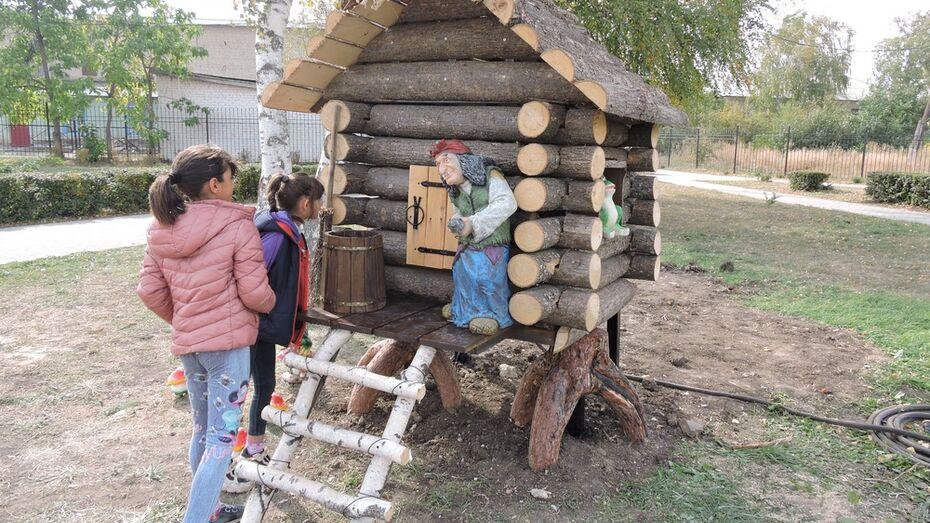 В детском парке Кантемировки установили избушку на курьих ножках