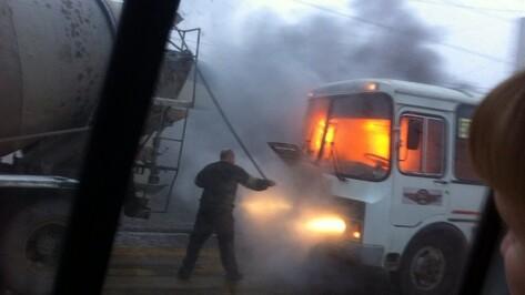 В Воронеже водитель бетономешалки помог потушить горевшую маршрутку