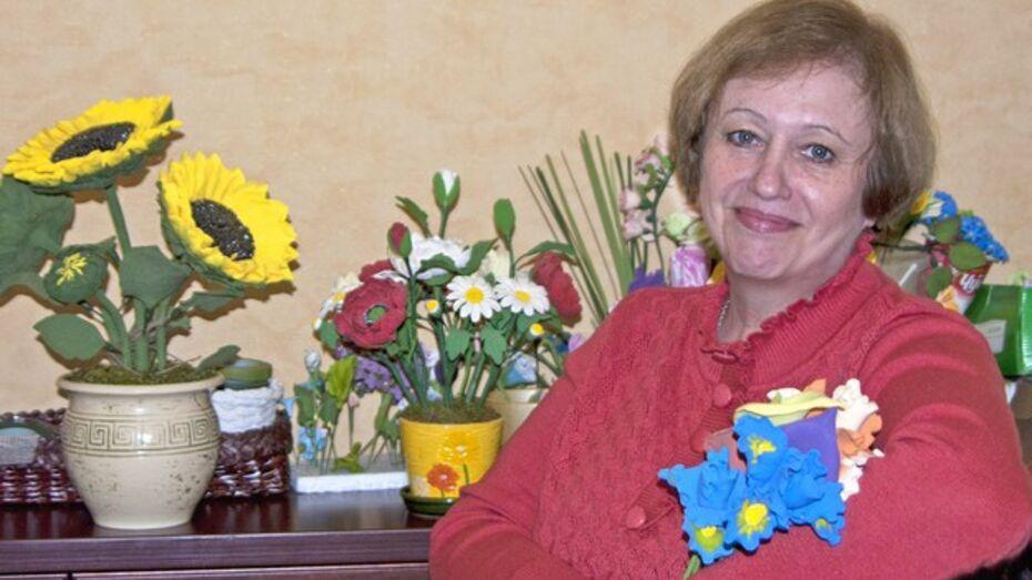 Жительница Лисок создает уникальные цветы из полимерной глины