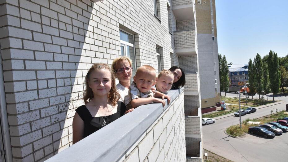 В Воронеже многодетная семья получила 4-комнатную квартиру