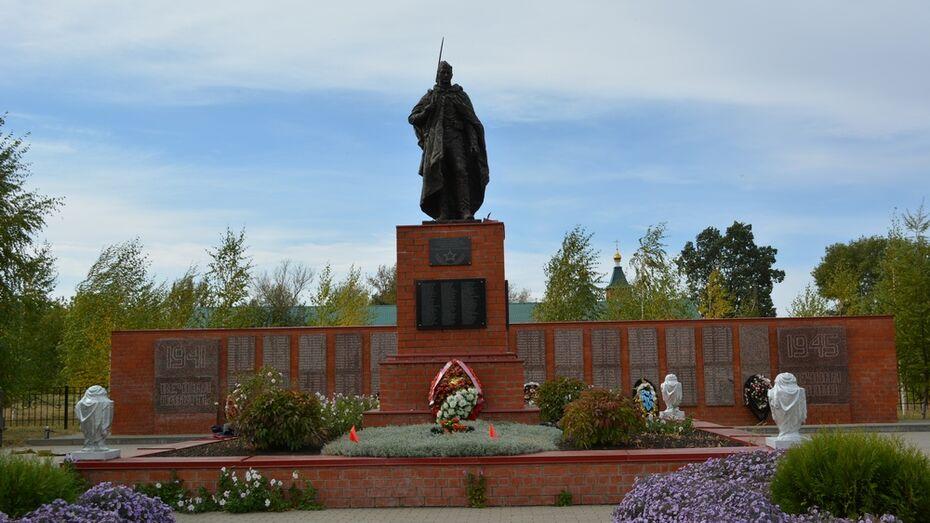 Новую скульптуру воина-освободителя установили в нижнедевицком селе Синие Липяги