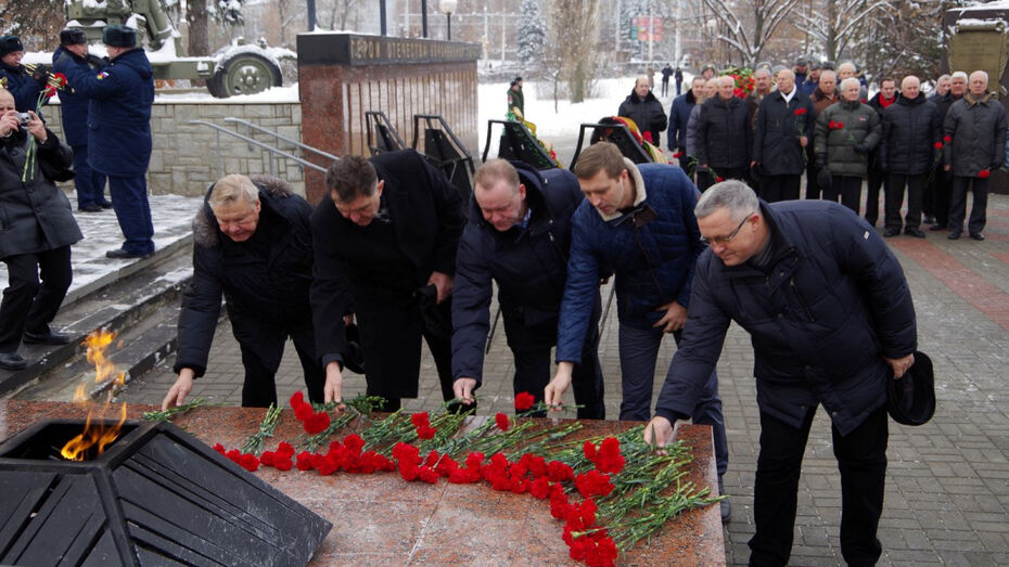 Воронежцы в День Героев Отечества возложили венки на Аллее Героев
