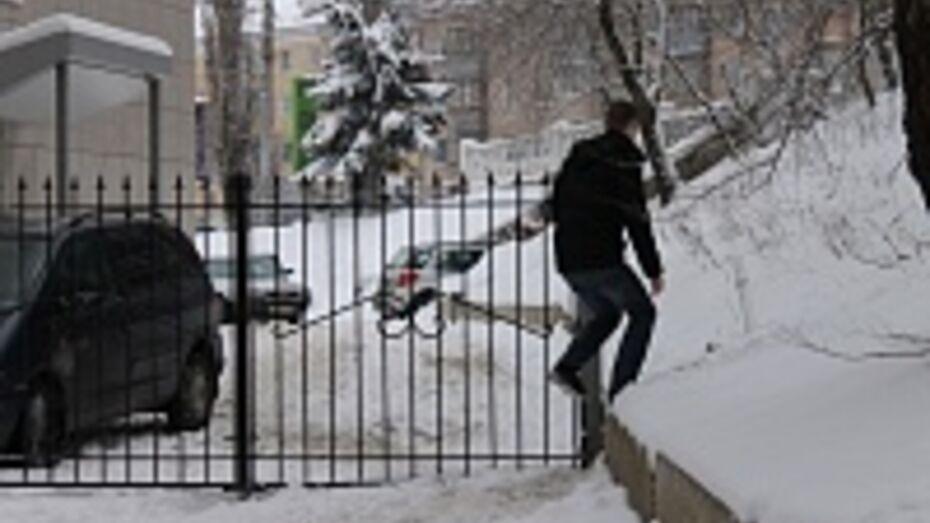 В Воронеже владелец бизнес-центра перекрыл улицу Арсенальную забором
