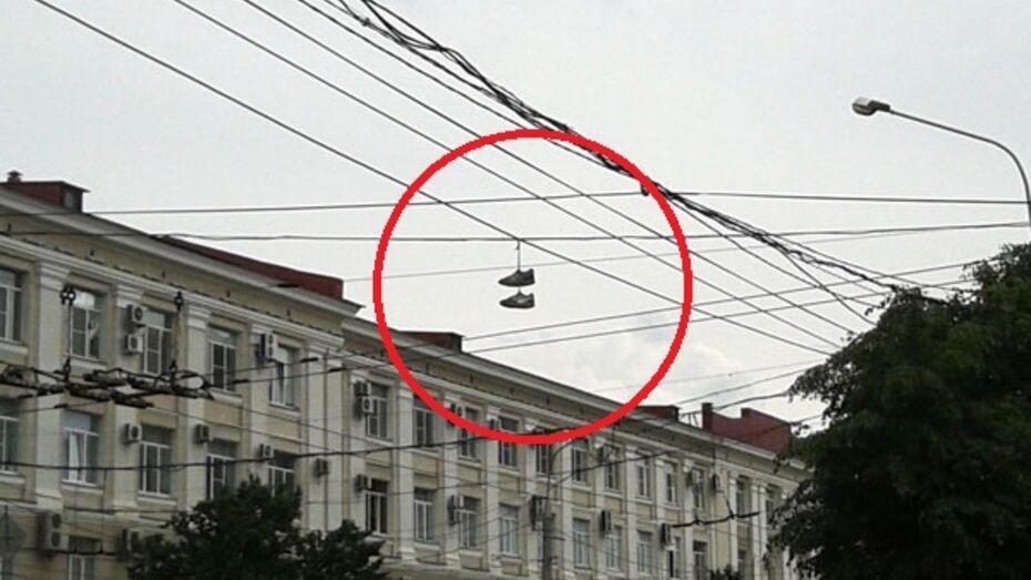 Блогеры жалуются на ботинки, висящие на проводах в центре Воронежа