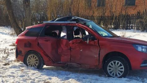 Легковушка врезалась в КамАЗ под Воронежем: пострадали трое