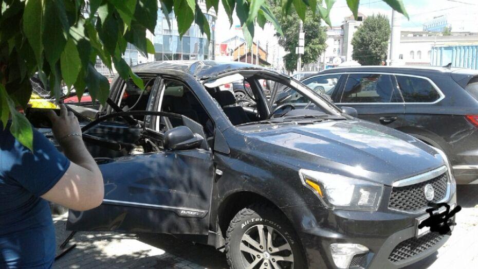 Газовый баллон взорвался в салоне Ssang Yong на парковке в Воронеже