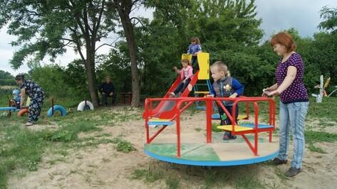 В поворинском селе установили шесть детских площадок