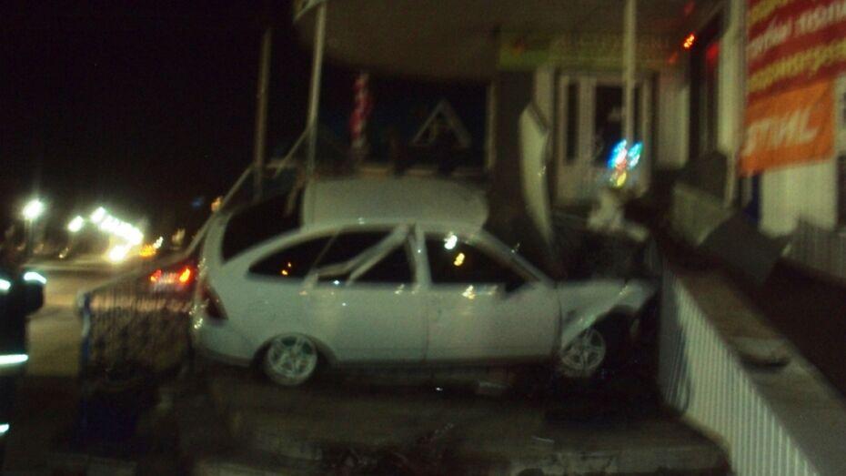 В Россоши легковушка врезалась в торговый центр