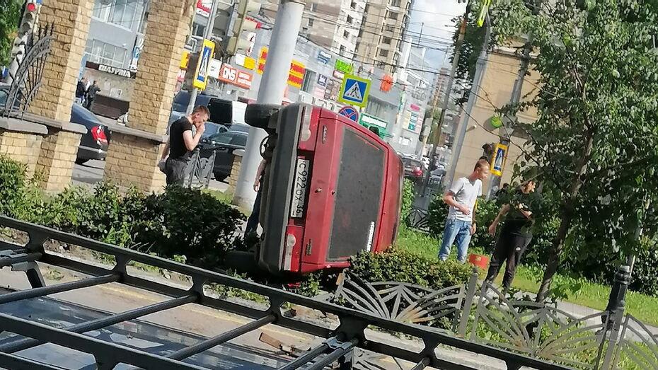 «Восьмерка» вылетела с дороги и опрокинулась на Кольцовской улице в Воронеже