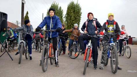 В Новой Усмани прошел велопробег в честь юбилея школы