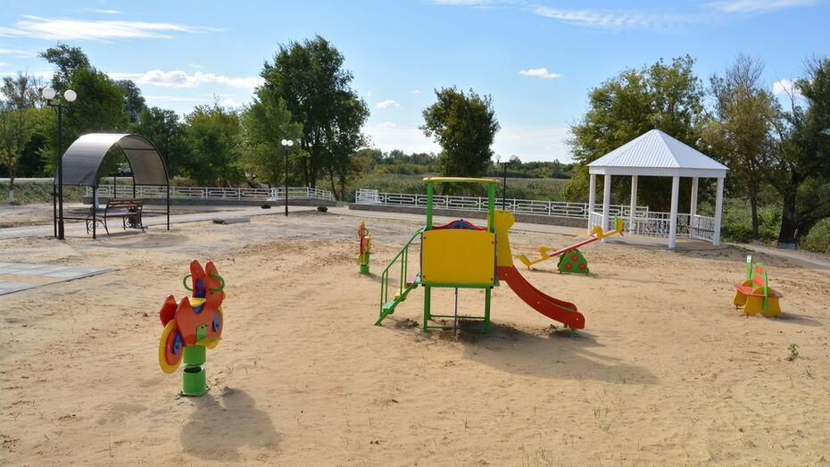 В богучарском селе Данцевка сделали набережную с детской площадкой