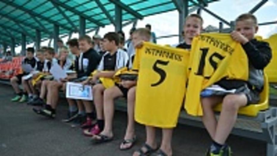 В Острогожске юным футболистам вручили новую форму