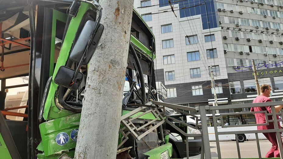 В Воронеже назвали причину ухудшения состояния водителя влетевшего в столб автобуса