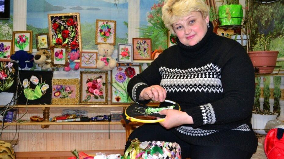 Жительница Грибановки создает картины из лент