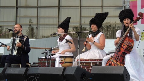 На концерте украинской группы «ДахаБраха» зрителей повеселил «верховный бог скандинавской мифологии»
