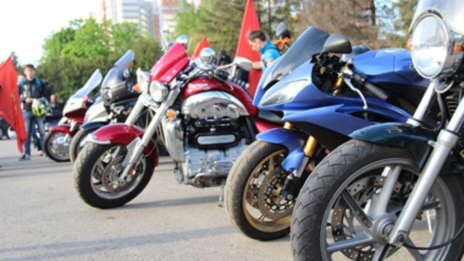В Воронеже полиция сообщила о поисках наехавшего на девушку мотоциклиста