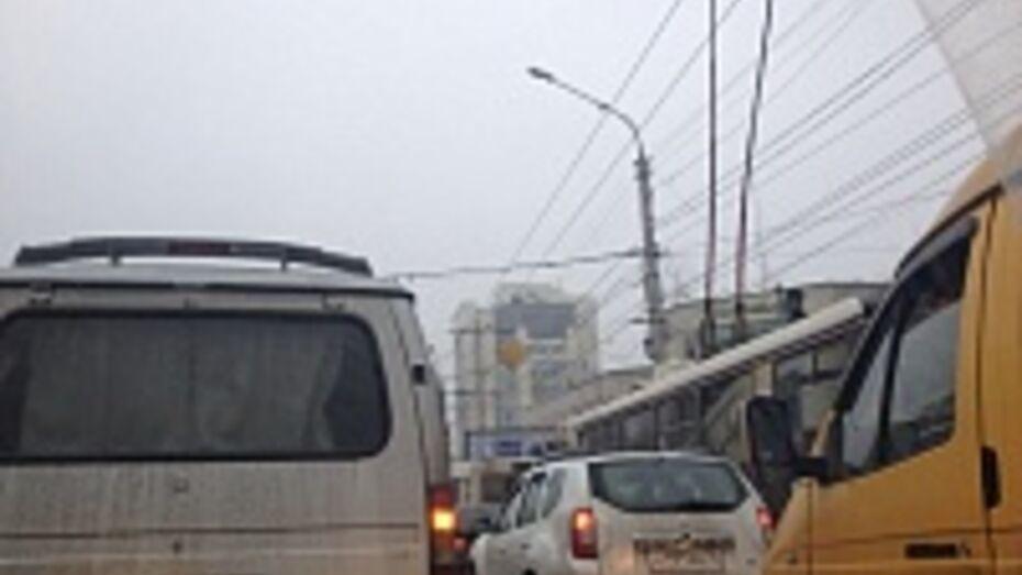 Из-за неисправного светофора в Воронеже встал Московский проспект