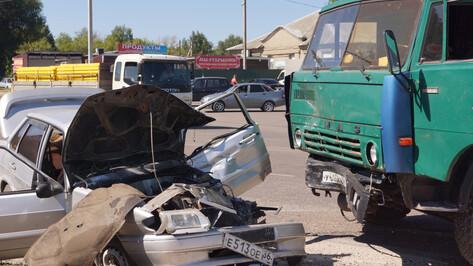 В Воронежской области лоб в лоб столкнулись «Лада» и КамАЗ