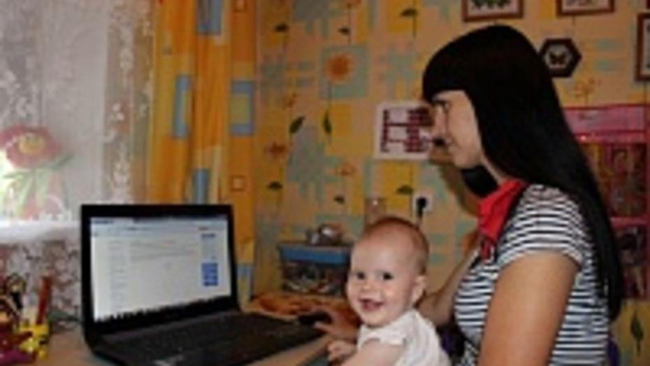 В Верхнем Мамоне мамы освоили запись в детсад по Интернету