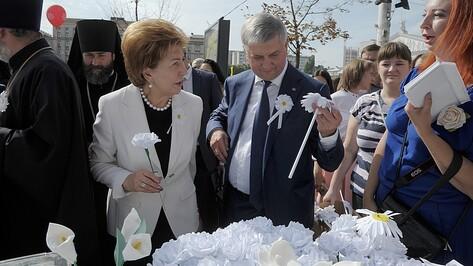 В Кольцовском сквере Воронежа начала работать выставка-ярмарка «Белый цветок»