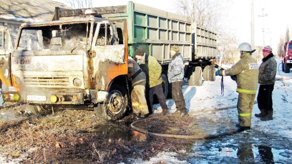 В Воронежской области горят грузовые автомобили