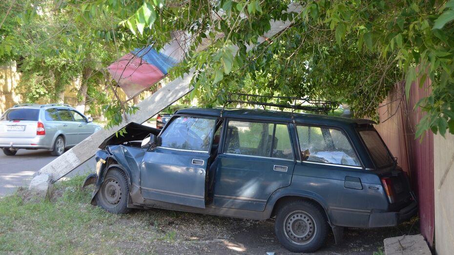 В Семилуках водитель «ВАЗ» врезался в столб