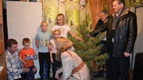 Журналисты РИА «Воронеж» подарили нижнедевицким малышам елки и конфеты
