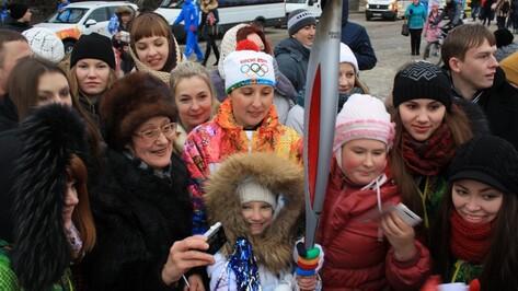 Олимпийский огонь прибыл на Адмиралтейскую площадь в Воронеже с опозданием