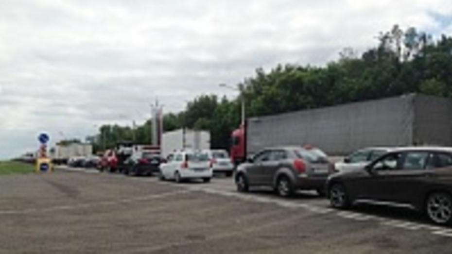 На воронежском участке трассы М-4 образовалась 10-километровая пробка