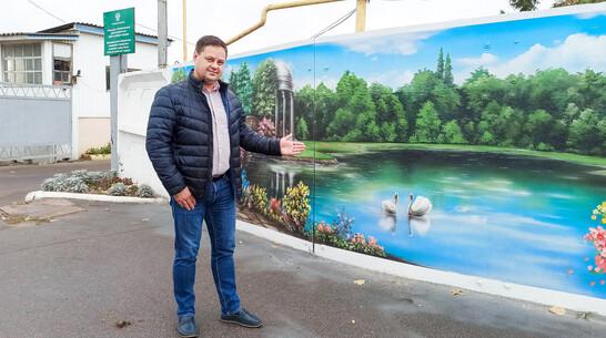 В Лисках вход на территорию муниципального предприятия украсили граффити