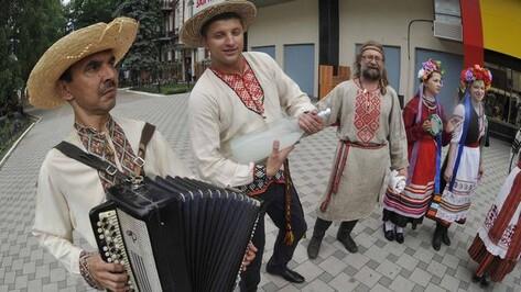 На воронежском марше в вышиванках показали настоящий украинский бухало