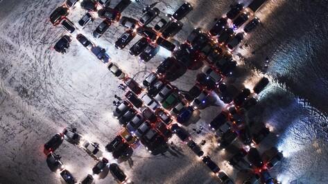 В Воронеже автомобилисты составили самолет из машин в честь 23 февраля