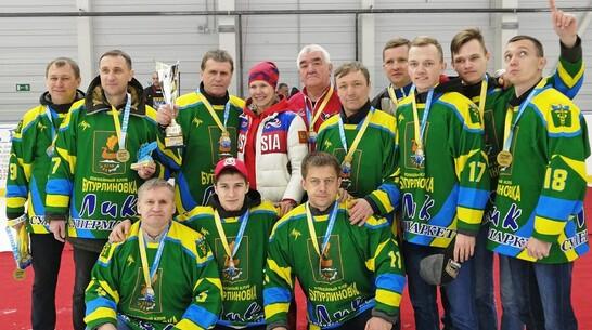 Бутурлиновские хоккеисты выиграли кубок открытого турнира среди любительских команд области