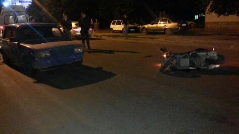 В Воронеже скутерист въехал в «пятерку» и получил травму головы