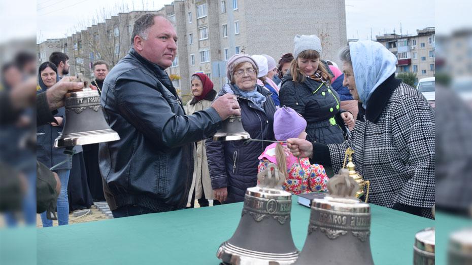 В строящемся храме поселка Подгоренский освятили и установили 8 колоколов