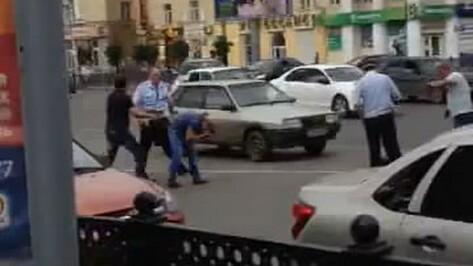 Следователи попросили откликнуться очевидцев драки с полицейскими в центре Воронежа