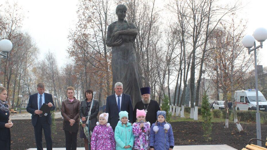В Эртиле открыли памятник матери