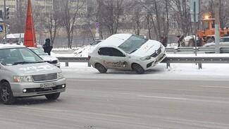 Такси сбило женщину и влетело на ограждение на Московском проспекте Воронежа
