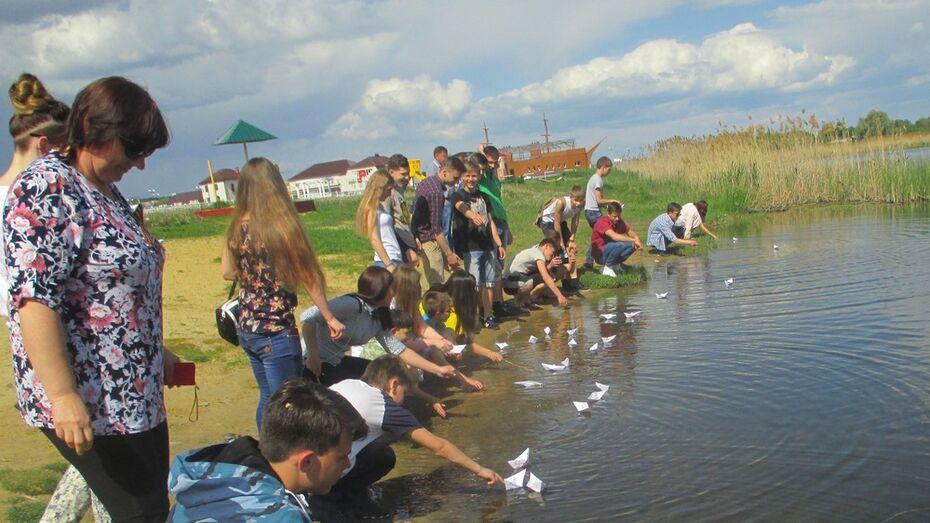 Богучарские детдомовцы спустили на воду 100 бумажных корабликов