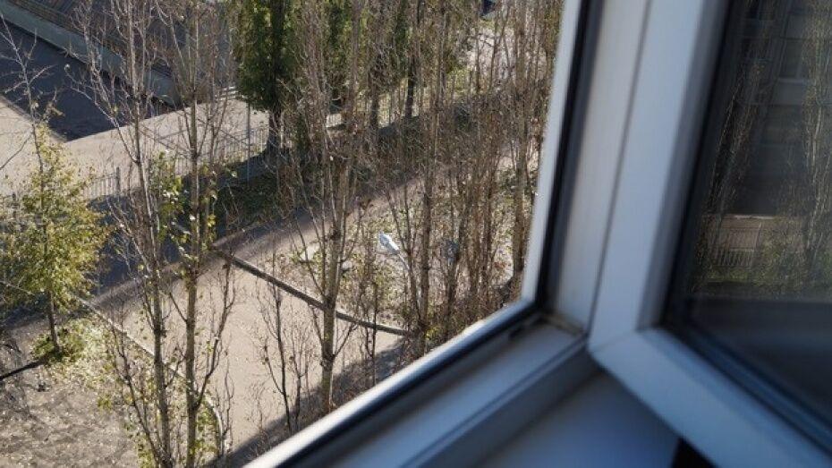 В Воронеже выпавшая из окна 6 этажа полуторагодовалая девочка умерла