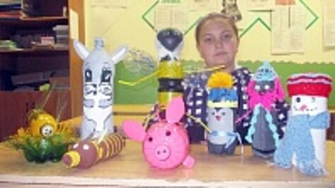 Верхнемамонские школьники делают игрушки из вторсырья