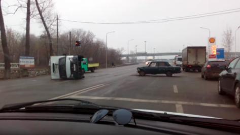 В Воронеже последствия ДТП с перевернувшейся «Газелью» попали на видео