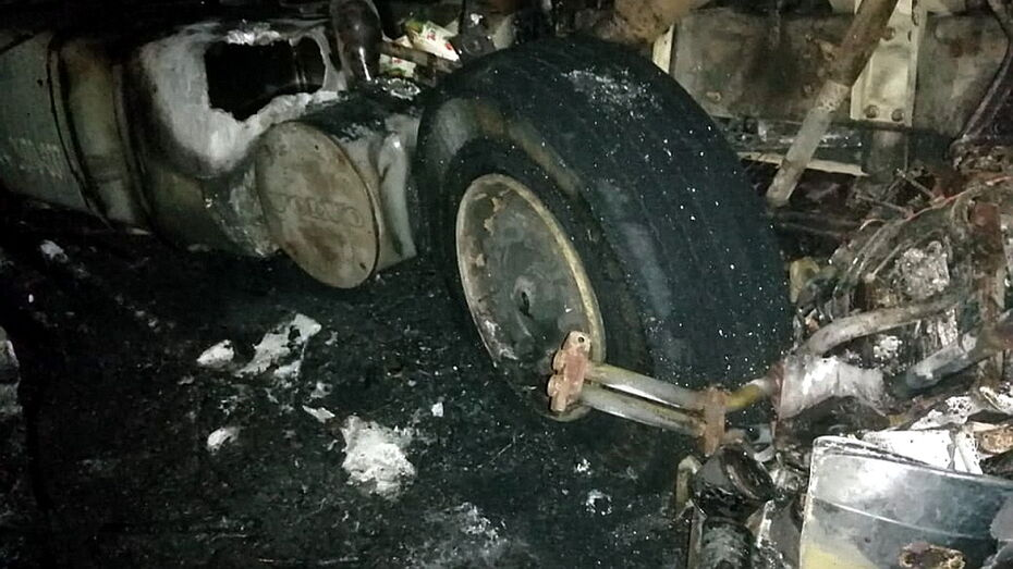 ВАЗ сгорел после столкновения с грузовиком в Воронежской области
