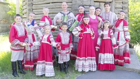 Калачеевские артисты получили новые костюмы и музыкальные инструменты