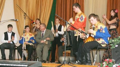 Музыканты калачеевского ансамбля освоили игру на пиле, топоре и чугунке