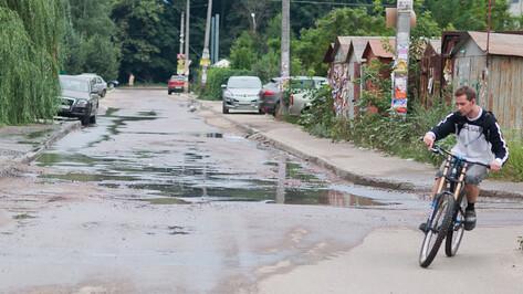 Из-за аварии на бесхозном водопроводе целый квартал по улице Ломоносова третий день заливает вода