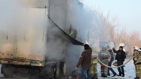 В Воронежской области на трассе загорелся грузовик