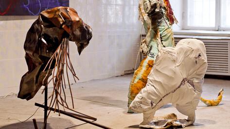 Воронежские художники устроили выставку из старых шуб, желе, камней и заляпанной бумаги