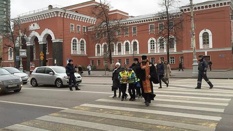 Священник с полицейскими освятил воронежские перекрестки